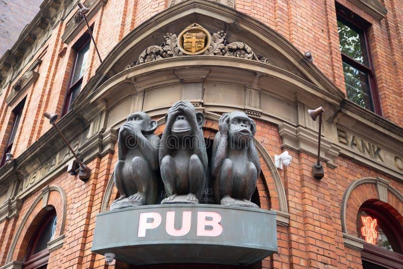 La sculpture de l'arbre monkeys avec différents visages, aucun parlent, aucun voient, aucun entendent sur la porte du bar à Sydne image stock