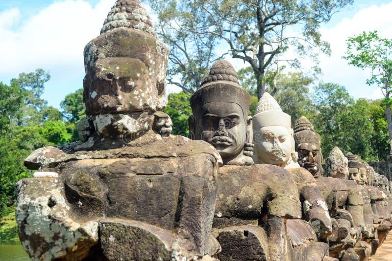 La sculpture des dieux sur la barrière de pont images stock