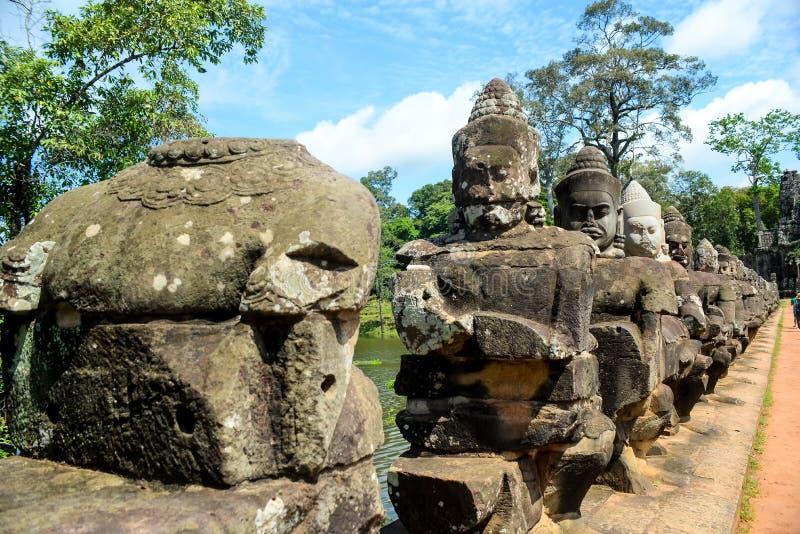 La sculpture des dieux sur la barrière de pont photo stock