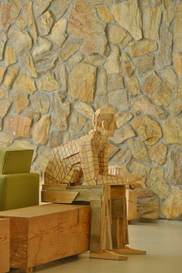La sculpture en bois en sembler comme tout le monde se mélange dans la maçonnerie images libres de droits