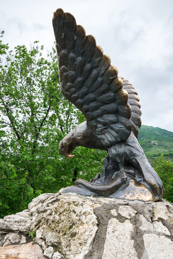 La sculpture en bronze d'un aigle combattant un serpent sur un Mashuk MOIS photos stock