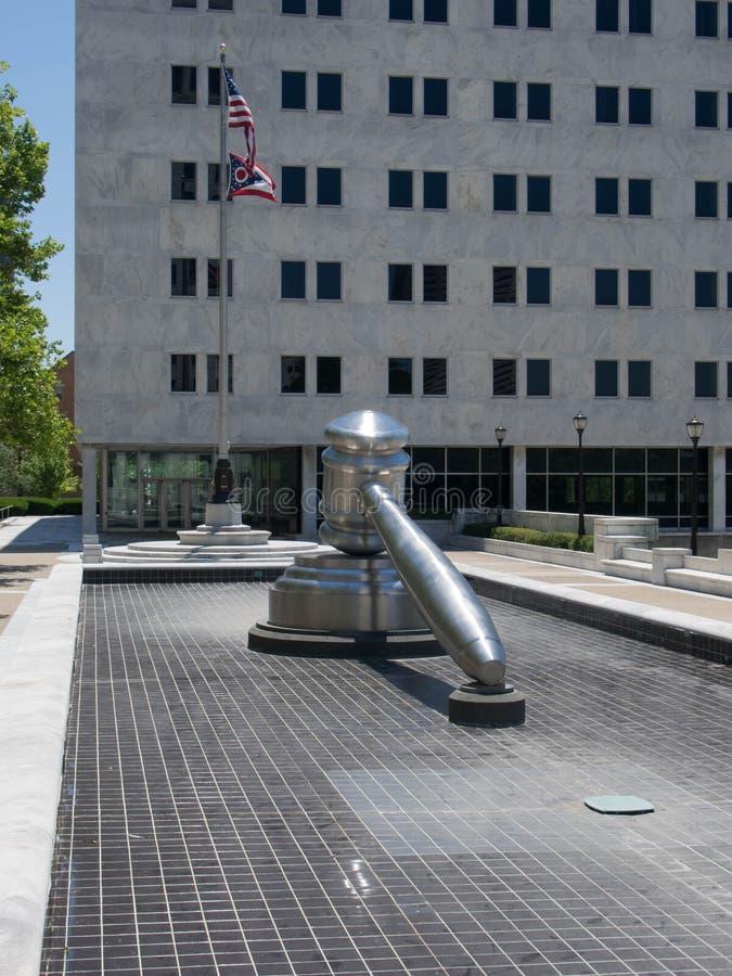 La sculpture en Gavel dans un étang sans eau images libres de droits