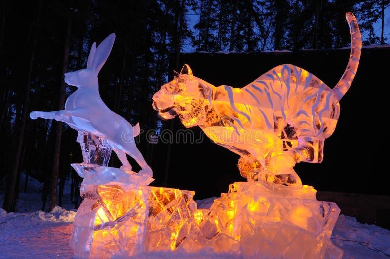 La sculpture en glace blanche de lapin photo stock