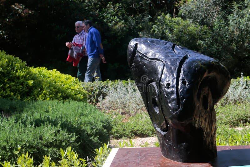 La sculpture en Joan Miro dans Marivent fait du jardinage palais en Majorque photos stock