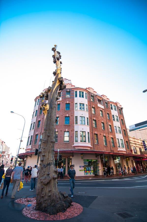 La sculpture faite à partir d'un tronc d'arbre mort, créé par l'artiste Lin Li en 1999 et la bouche appelée de Golden Water à la  photos libres de droits