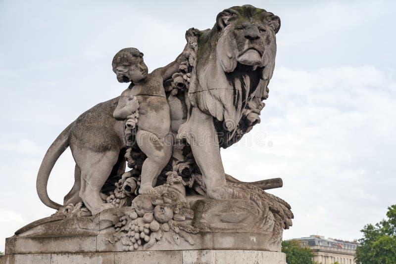 La sculpture a placé sur le pont d'Alexandre III à Paris, France photographie stock