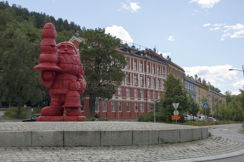 La sculpture rouge d'un troll photo libre de droits