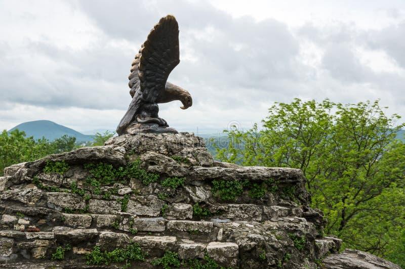 La scultura bronzea di un'aquila che combatte un serpente su un Mashuk Mo fotografia stock