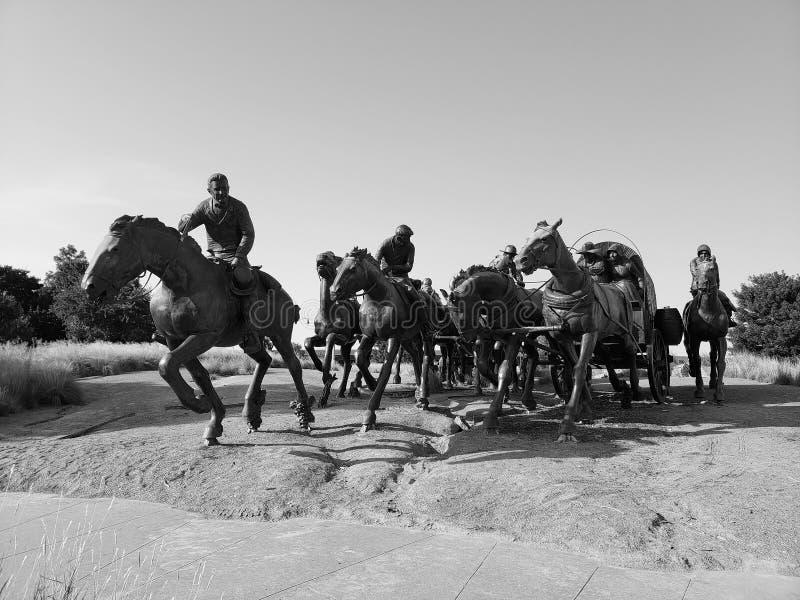La scultura bronzea in terra centennale esegue il monumento Oklahoma fotografie stock