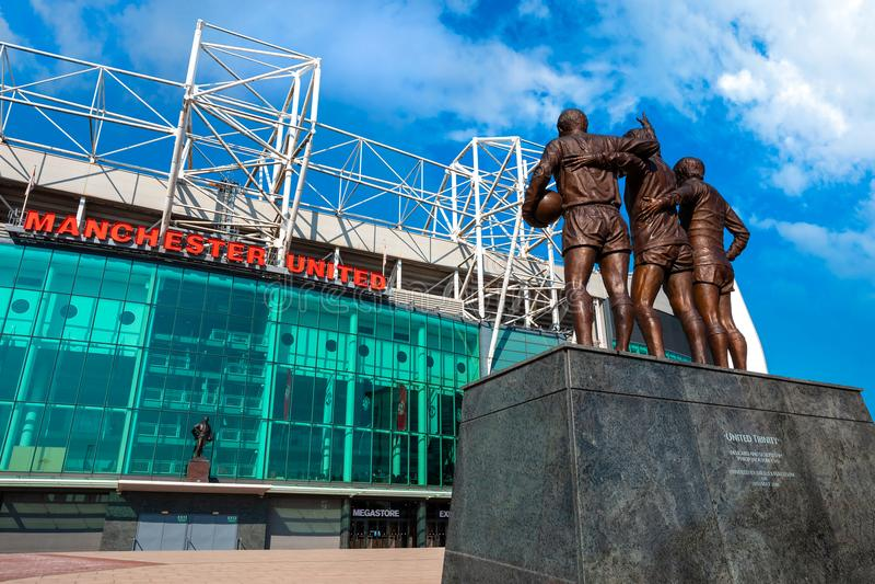 La scultura bronzea unita della trinità al vecchio stadio di Trafford a Manchester, Regno Unito immagini stock libere da diritti