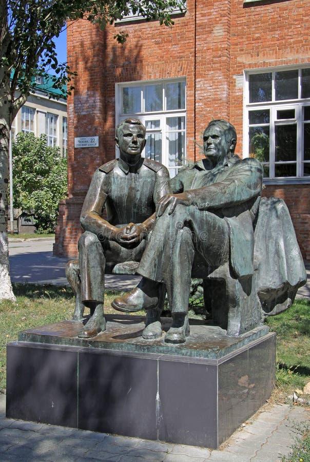 La scultura del primo cosmonauta Yuri Gagarin ed il razzo famoso costruiscono Sergey Korolev, Taganrong, Russia immagine stock