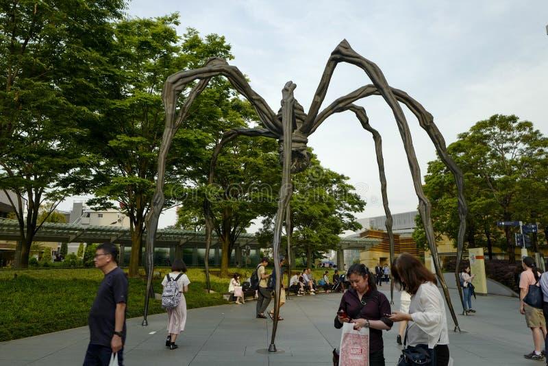 La scultura del ragno di Maman su esposizione alla base di Mori Tower, fuori del museo Materiale illustrativo visualizzato a Toky immagine stock