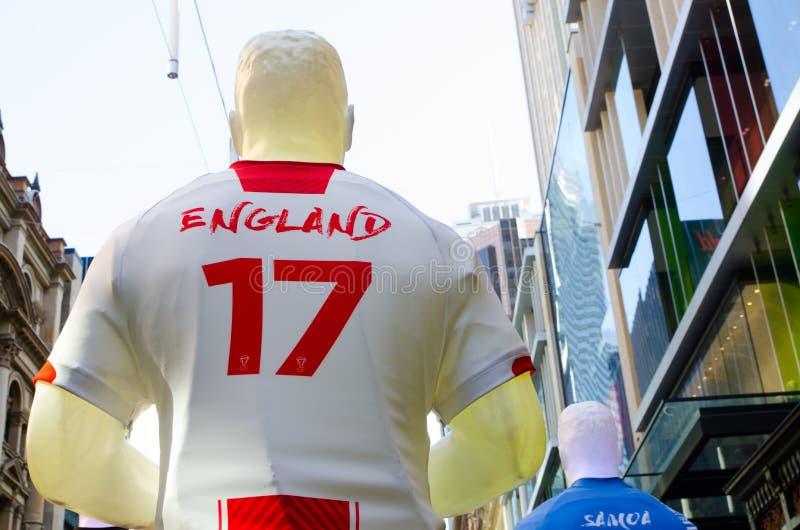 La scultura dell'atleta di rugby nella squadra nazionale dell'Inghilterra uniforma il numero 17 a Sydney del centro per la promoz fotografia stock