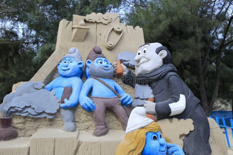 La scultura della sabbia di Puffi fotografie stock