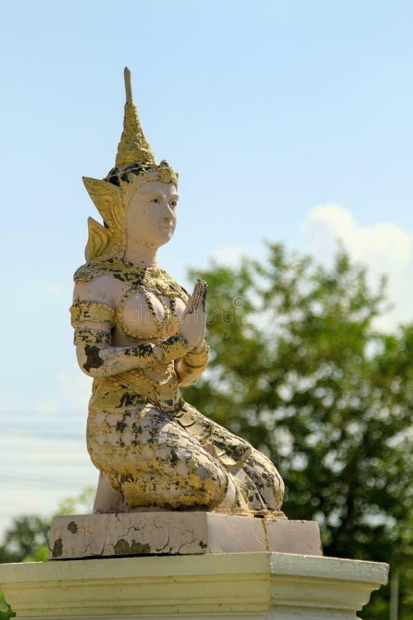 La scultura dello stucco di angeli o dei decora in tempio tailandese immagini stock libere da diritti