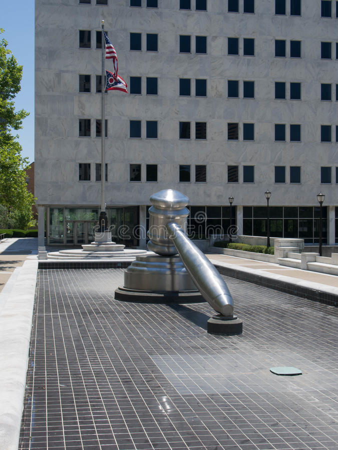 La scultura di Gavel in uno stagno senz'acqua immagini stock libere da diritti