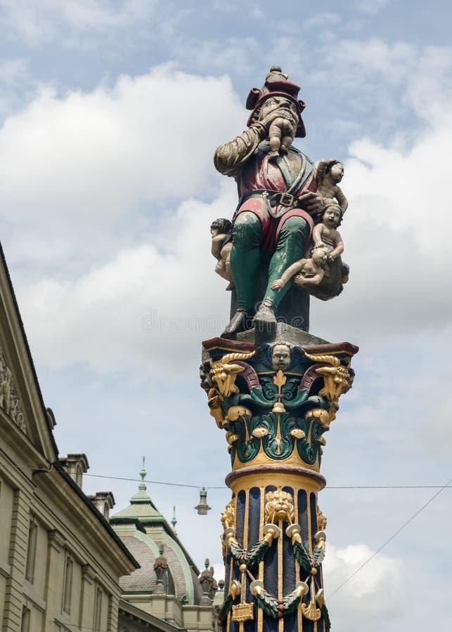 La scultura di Kindlifresserbrunnen (fontana del mangiatore del bambino) a Berna, Svizzera immagine stock