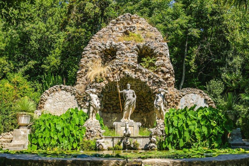 La scultura di Nettuno ha circondato dalle crisalidi e da una fontana nel giardino botanico di Trsteno La Croazia, Europa immagini stock libere da diritti