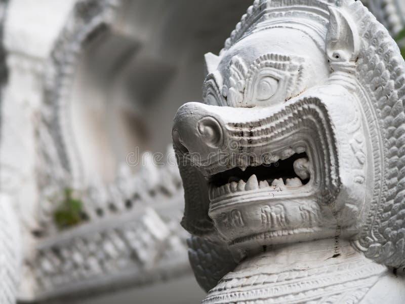 La scultura di pietra di un guardiano del portone del leone del tempio fotografie stock libere da diritti
