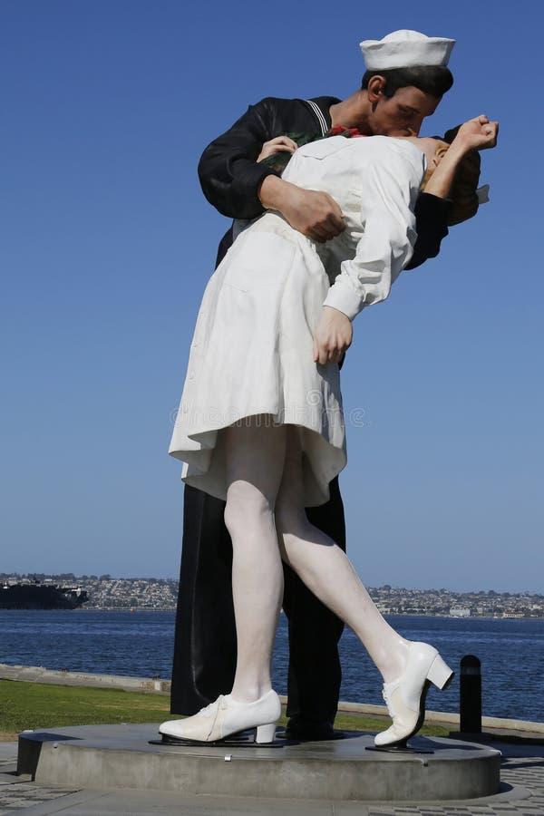 La scultura di resa incondizionata da Seward Johnson nella parte anteriore di USS intermedia a San Diego immagini stock libere da diritti