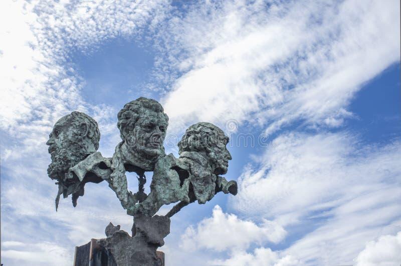 La scultura di tre poeti alla rotonda del ponte di autonomia Dalla SCU fotografia stock