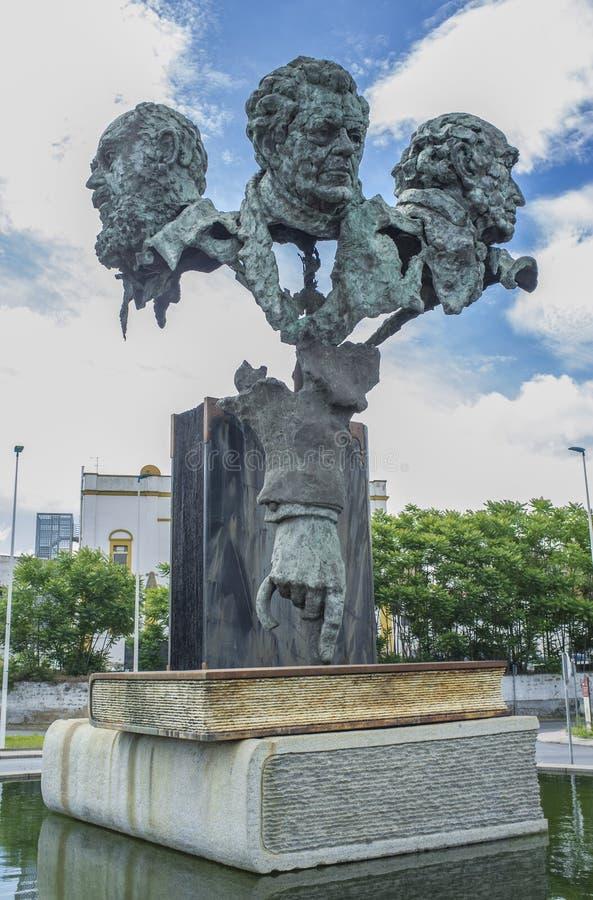 La scultura di tre poeti alla rotonda del ponte di autonomia Dalla SCU immagini stock