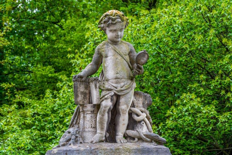 La scultura di un ragazzo che guarda uno specchio sul muro del palazzo reale a Bruxelles fotografia stock