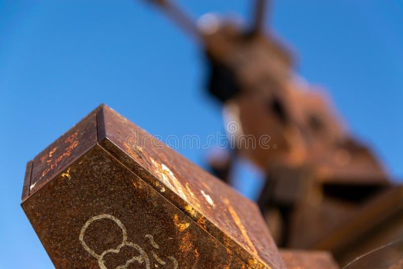 La scultura ha chiamato Torres de la Memoria, situato nel parco di memoria, iBuenos Aires, Argentina fotografia stock libera da diritti