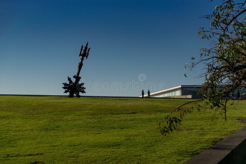 La scultura ha chiamato Torres de la Memoria, situato nel parco di memoria, iBuenos Aires, Argentina immagine stock