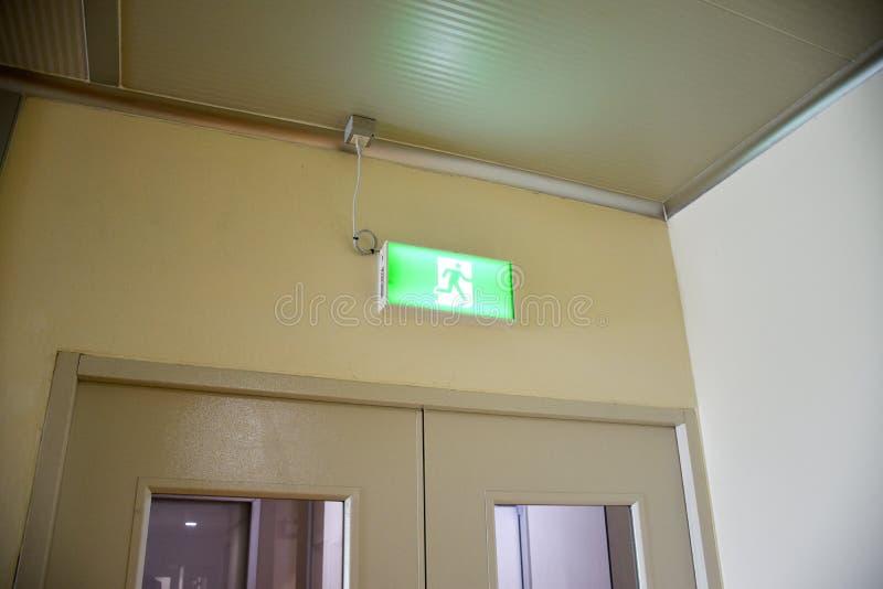 La señal de emergencia de salida del fuego muestra el camino para escapar imagen de archivo