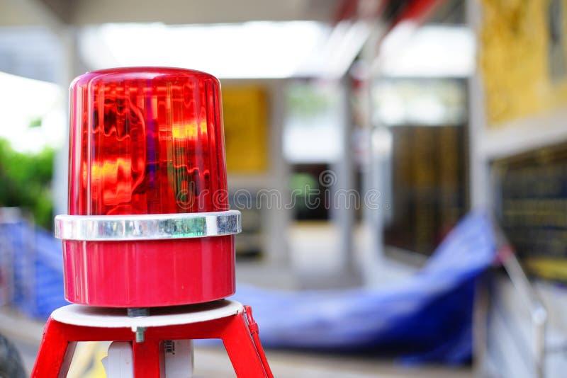 La señal de peligro ligera de la sirena para los estudiantes cruza la calle, en Tailandia fotos de archivo