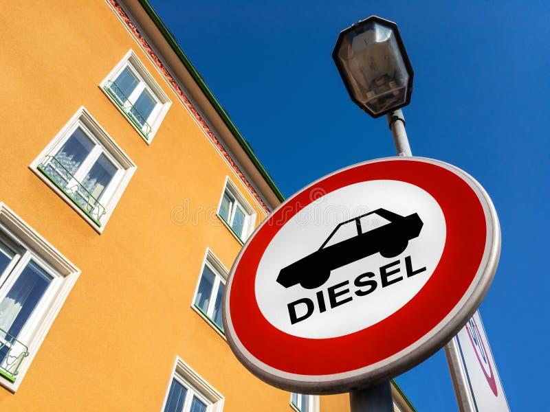 La señal de tráfico que prohíbe para utilizar los coches diesel foto de archivo libre de regalías