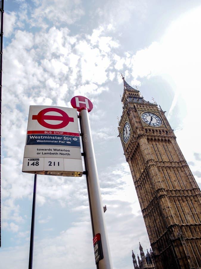 La señal más famosa Big Ben de Londres con el Londres único subterráneo firma imágenes de archivo libres de regalías