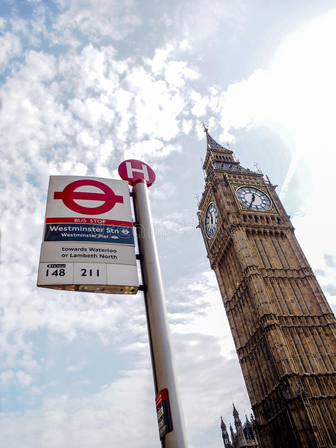 La señal más famosa Big Ben de Londres con el Londres único subterráneo firma fotografía de archivo
