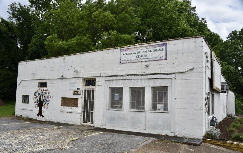 La señal urbana supera el edificio de centro, Memphis, TN fotos de archivo
