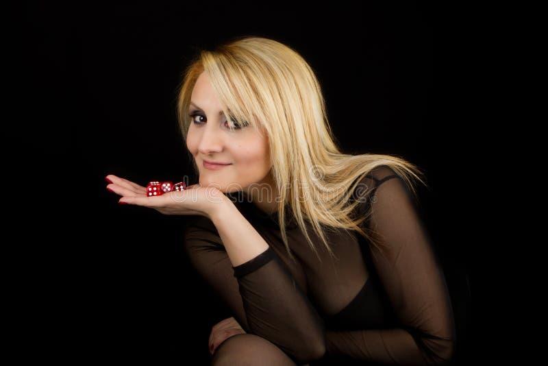 La señora atractiva con rojo corta en cuadritos imagen de archivo
