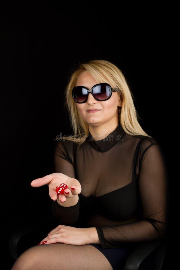 La señora atractiva con rojo corta en cuadritos fotografía de archivo libre de regalías