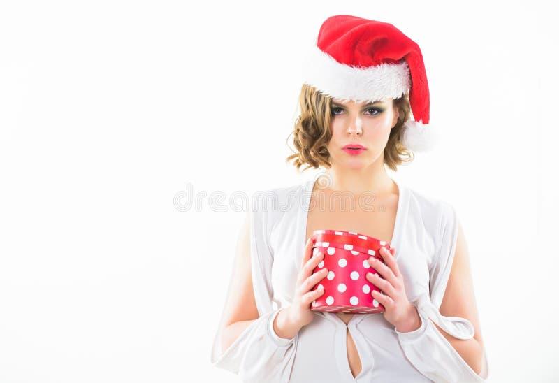 La señora atractiva de la mujer lleva el vestido y el sombrero de santa Regalo de apertura de la Navidad de la caja del control d fotografía de archivo