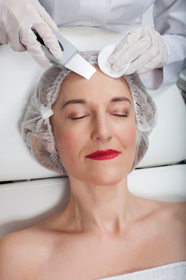 La señora bastante madura está teniendo peladura de la cavitación imágenes de archivo libres de regalías