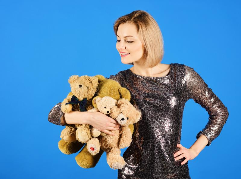 La señora con el pelo rubio abraza osos lindos del juguete fotografía de archivo libre de regalías