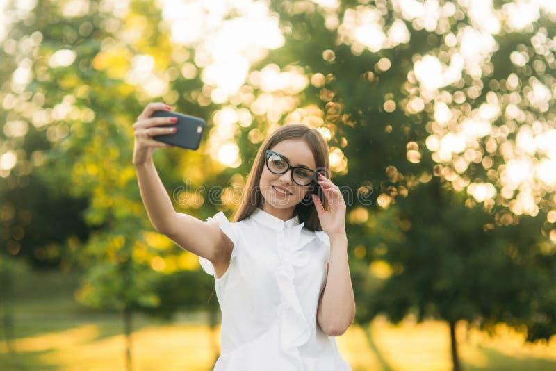 La señora del negocio utiliza una tableta en el parque durante una rotura foto de archivo libre de regalías