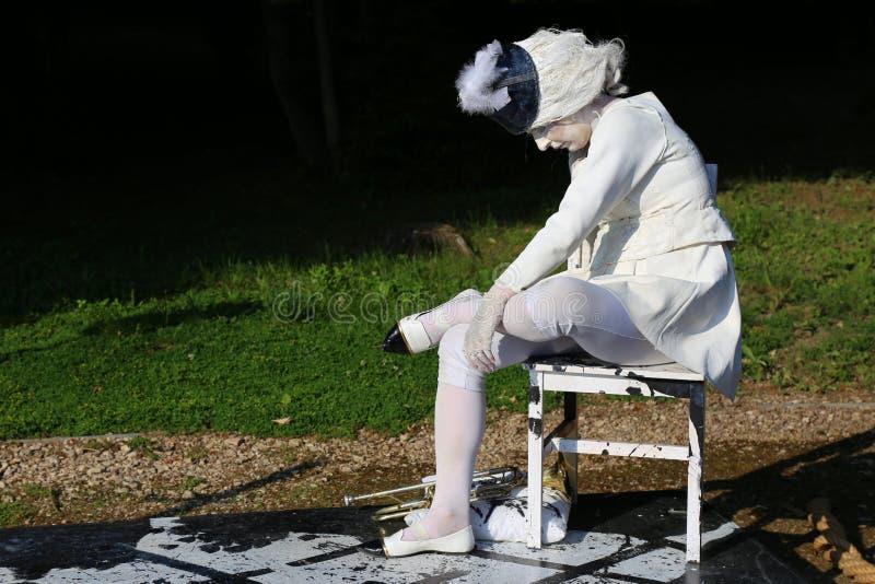 La señora en blanco - estatuas de vida fotografía de archivo