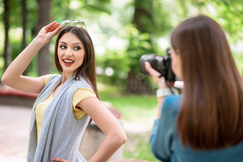 La señora está fotografiando a su amigo en naturaleza fotos de archivo