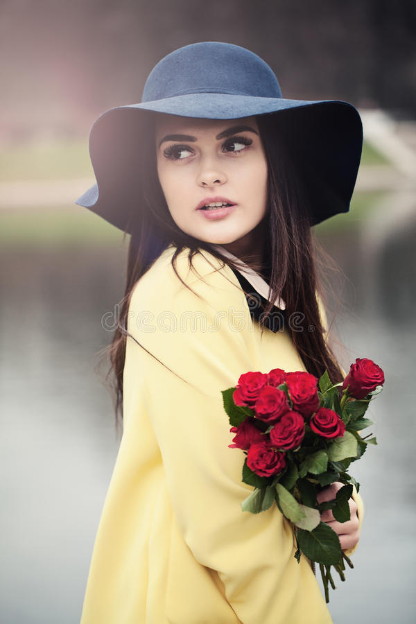La señora hermosa con las rosas florece al aire libre imágenes de archivo libres de regalías