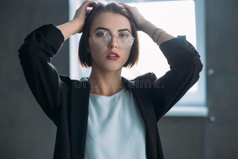 La señora joven del negocio trabaja la tensión que parece cansada foto de archivo