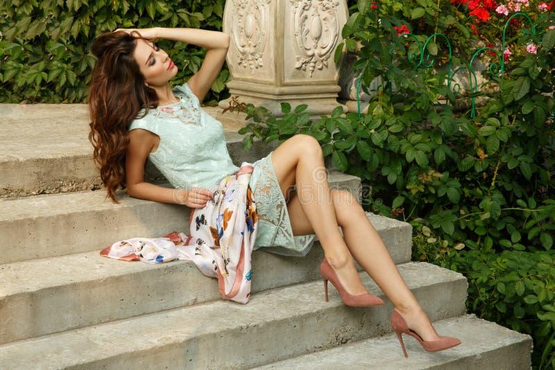 La señora joven elegante, exquisita y elegante está presentando en las escaleras del estado hermoso imágenes de archivo libres de regalías