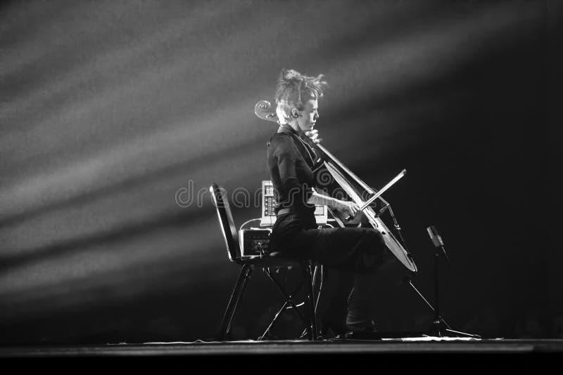 La señora joven juega en el violoncelo en la conferencia de Oracle OpenWorld imágenes de archivo libres de regalías