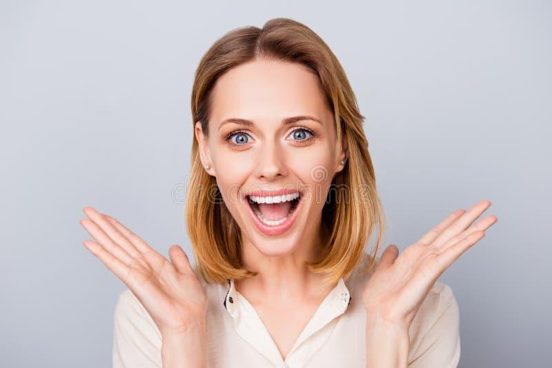 La señora joven sorprendida feliz que ríe y que lleva a cabo sus manos acerca a c fotos de archivo libres de regalías