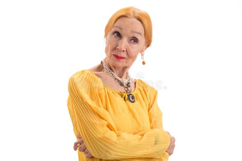 La señora mayor con los brazos cruzó fotos de archivo