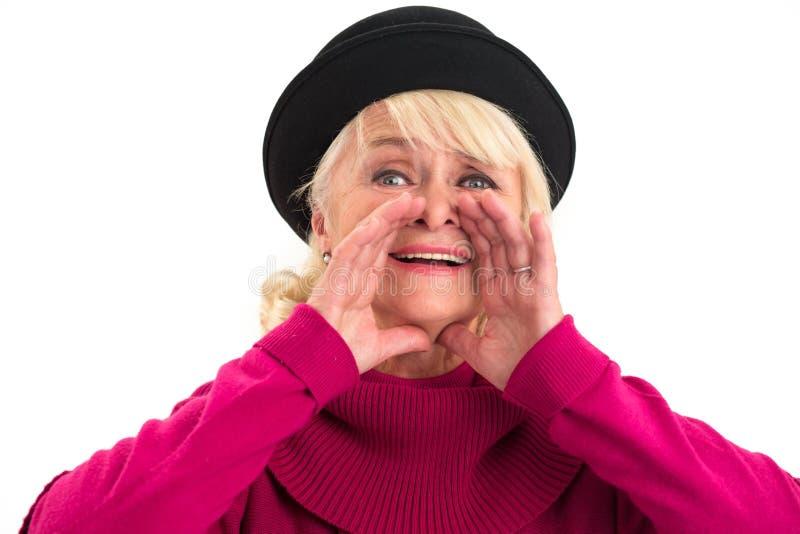 La señora mayor está gritando imagenes de archivo